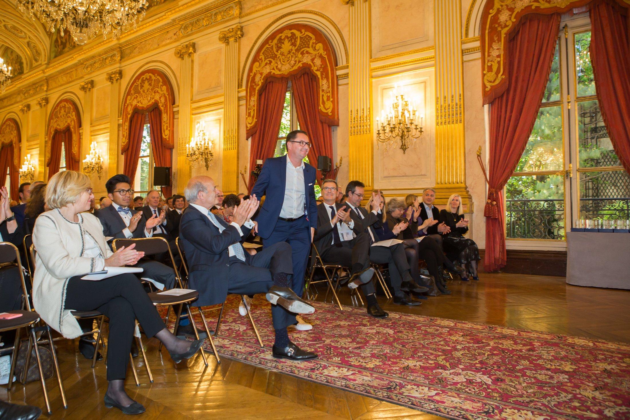 Olivier Méril lors au milieu d'un public applaudissant lors de la remise du prix des Victoires des Autodidactes