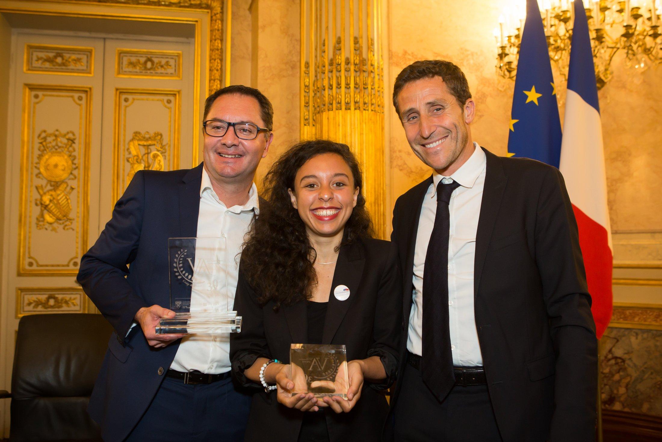 Olivier Méril et deux lauréats lors de la remise du trophée des Victoires des Autodidactes