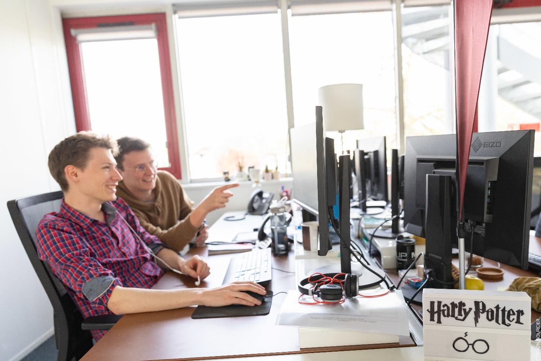 Deux collaborateurs de Mediaveille devant leur écran