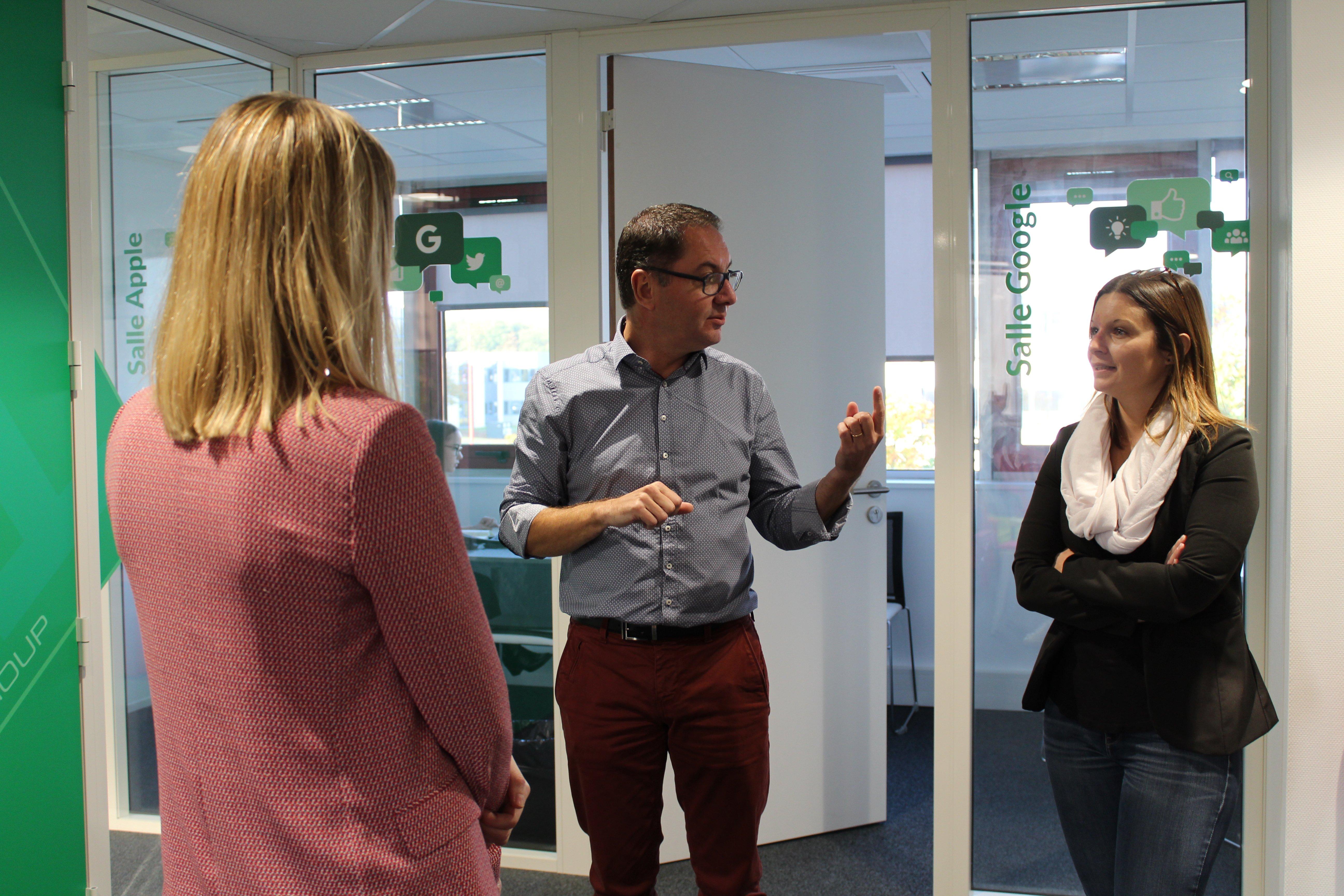 Olivier Méril discutant avec deux collaboratrices