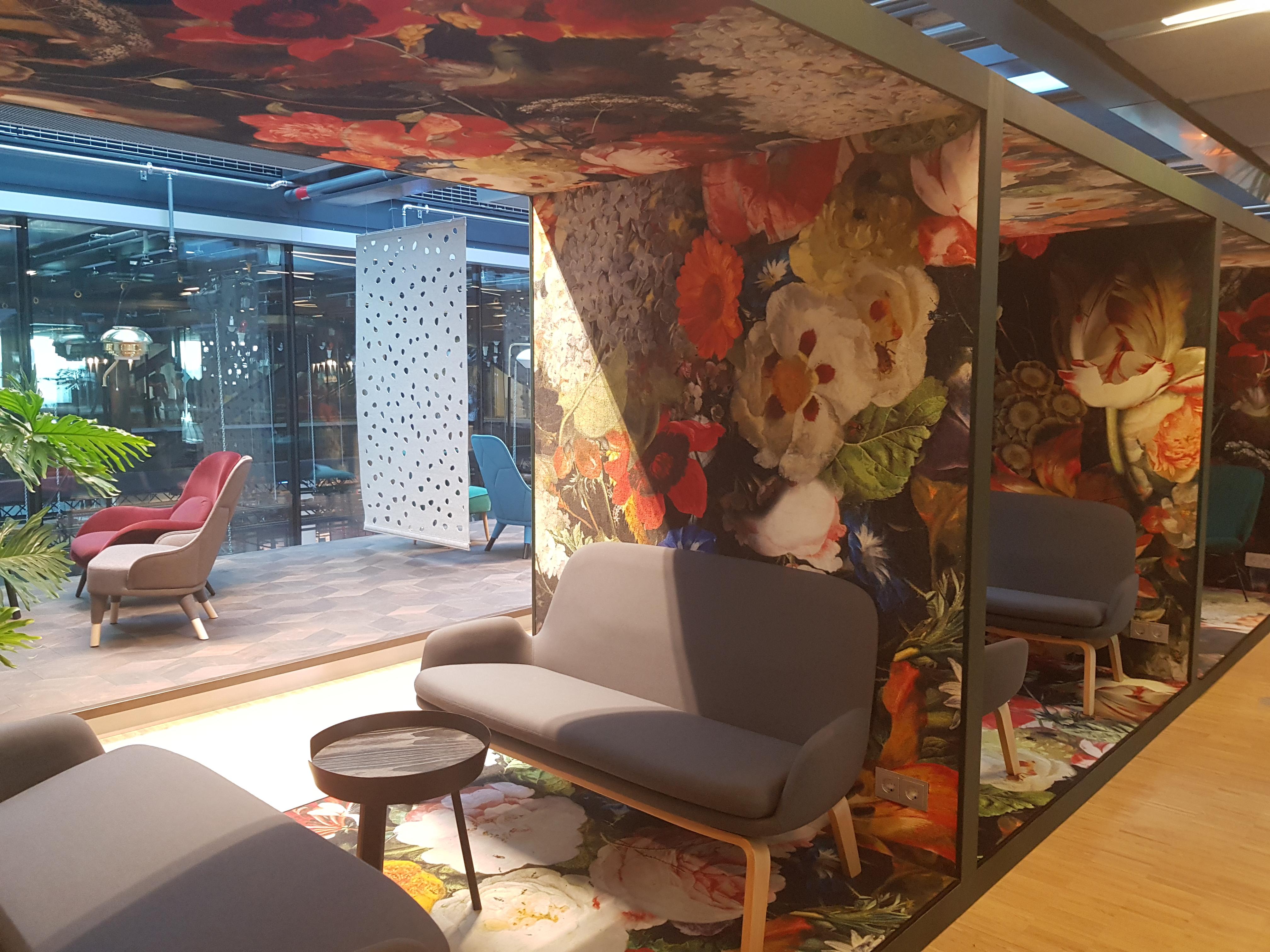 Locaux au Danemark : canapé gris sur tapisserie à fleurs