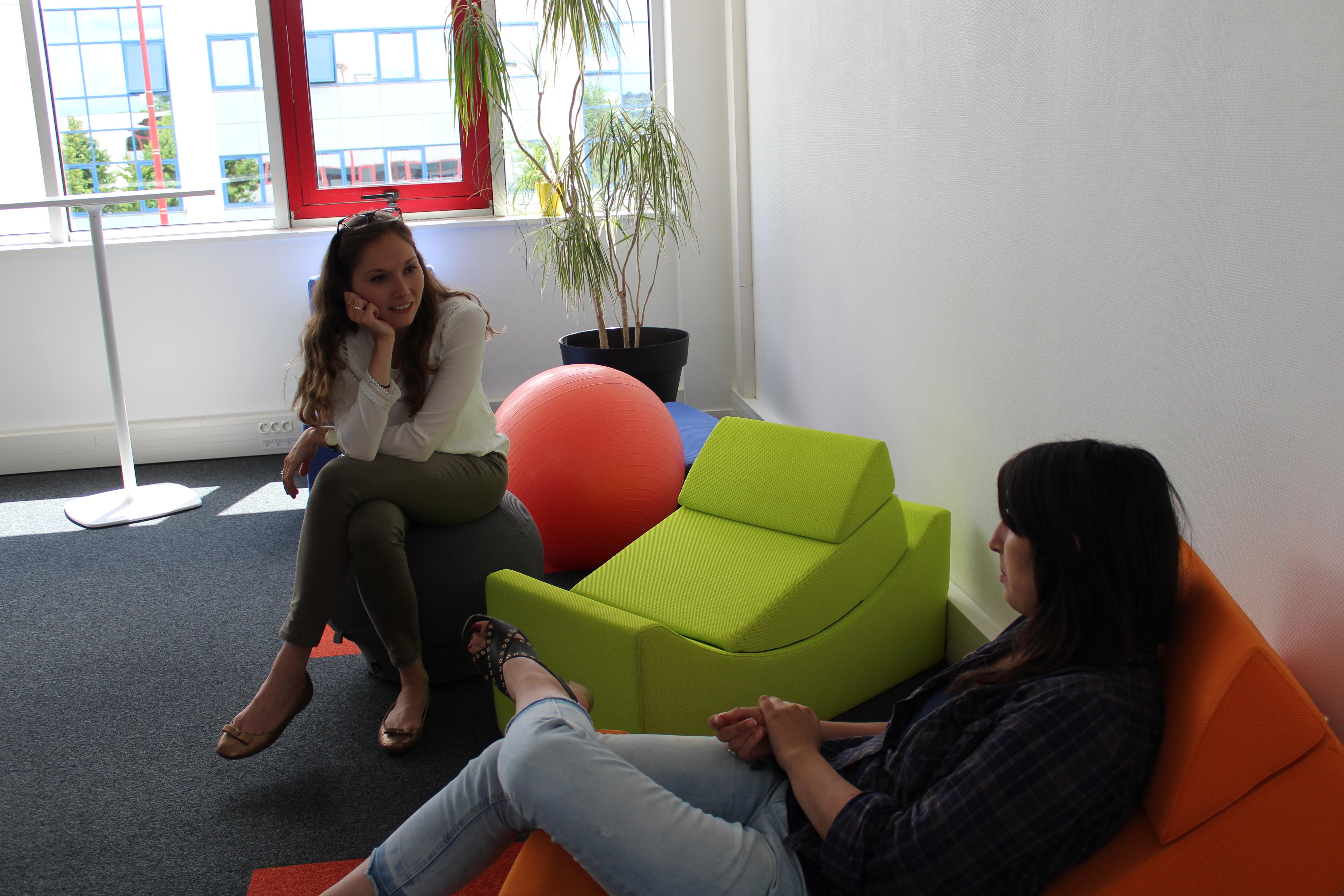 Deux collaboratruces discutant dans des fauteuils