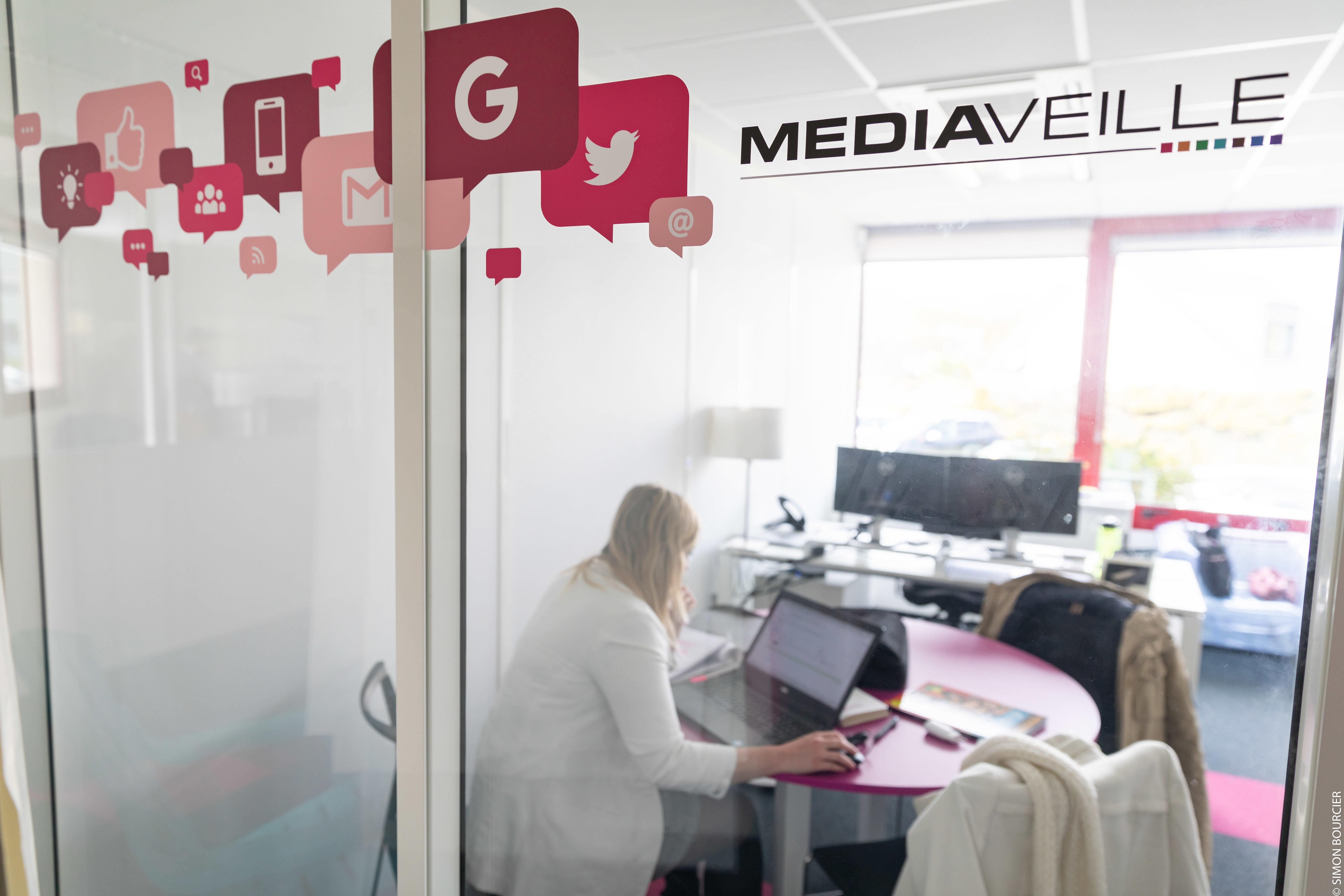 Collaboratrice Mediaveille travaillant dans une salle de réunion