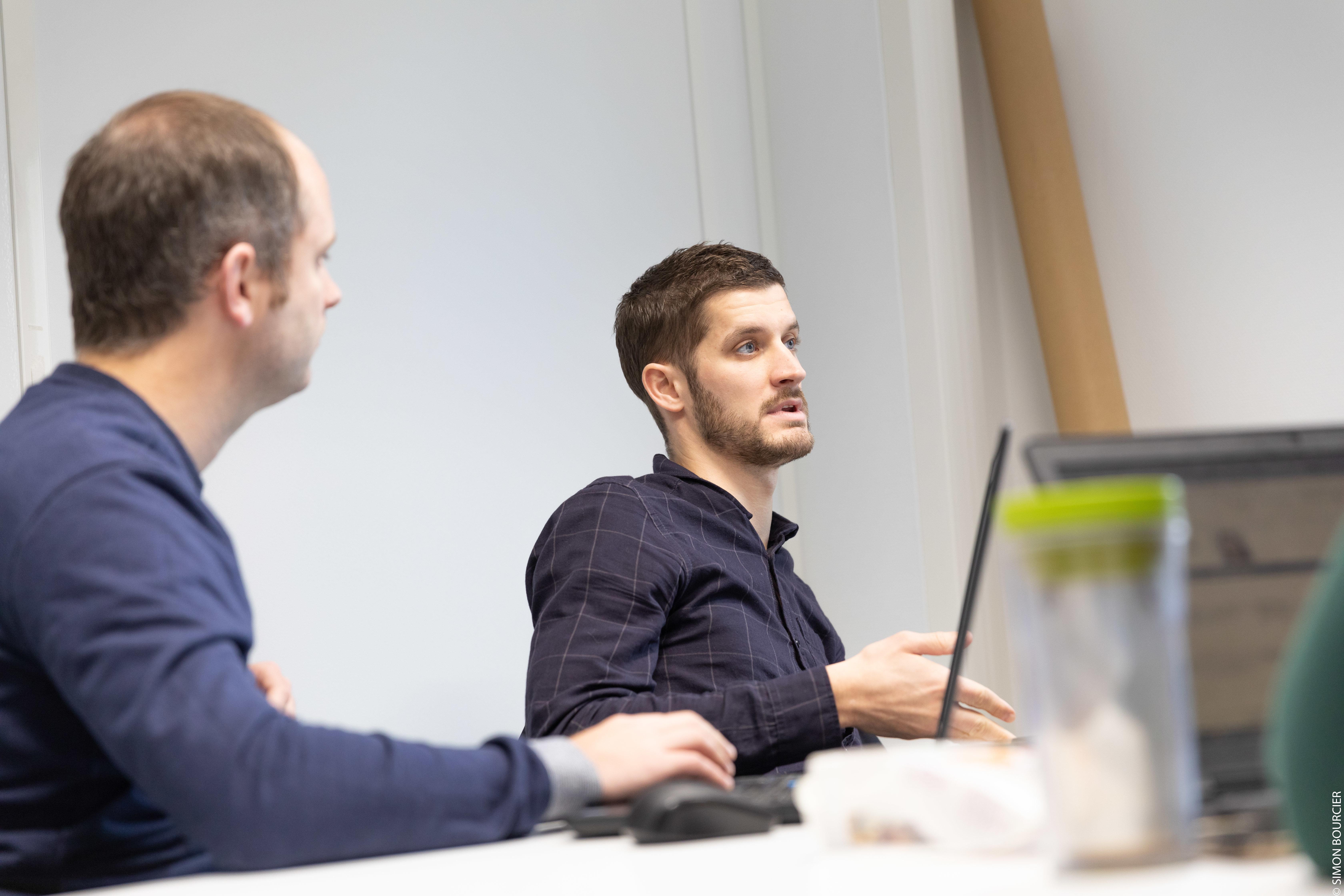 Deux collaborateurs MV Group en réunion
